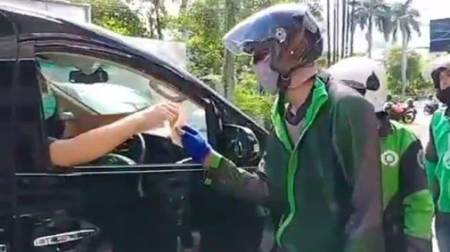 Viral Pengendara Alpard Bagi-bagi Duit Rp 100 Ribu ke Ojol