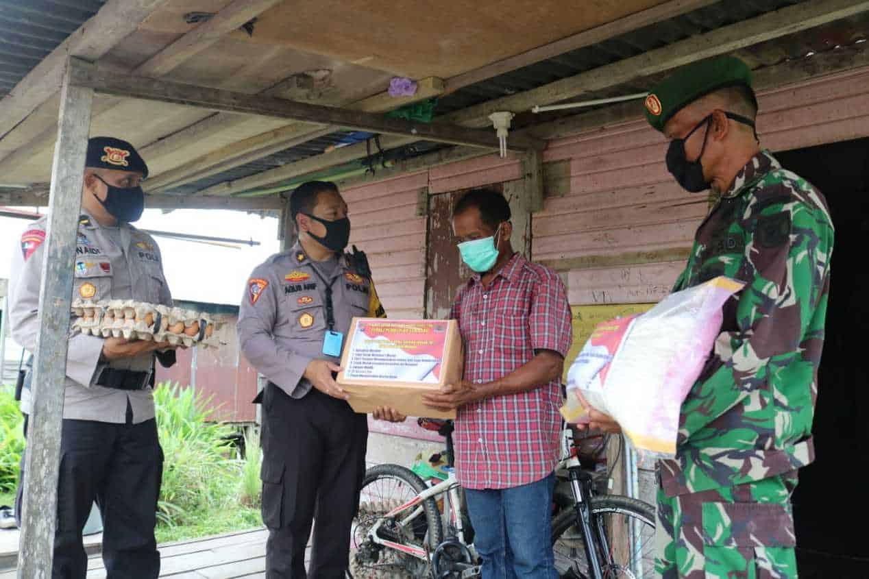 Polres & Kodim 0902/TRD Berau Bagikan 300 Paket Sembako untuk Warga Terdampak Covid-19