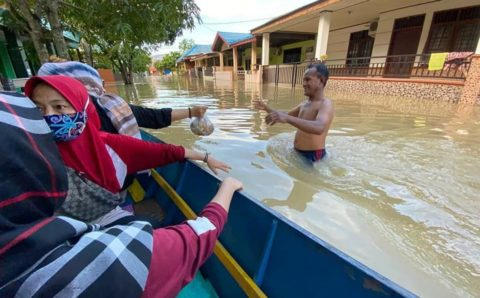 Istri Wawali Muhammad Barkati Tinjau Banjir di Jalan Gelatik dan Serahkan Bantuan, Ini Foto-fotonya
