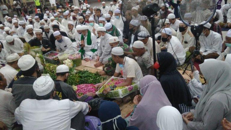 Prosesi Pemakaman Guru Zuhdi di Samping Kediaman, Talkin Dibacakan Habib Ali Al Idrus dari sekumpul Martapura