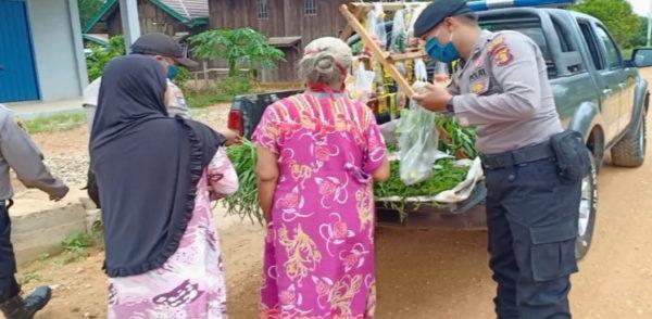 Pakai Mobil Patroli, Polsek Kongbeng Keliling Bagikan Sayuran Untuk Warga Terdampak Covid-19