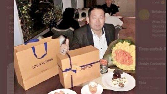 Tersebar Foto Jaksa Fedrik dengan Tas Branded, Netizen Tercengang: Gaji Jaksa Berapa Sih?