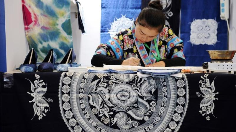 Seorang kontestan membuat batik untuk dipamerkan di China.(YANG WENBIN / XINHUA) International Folk Crafts dan Cultural Products Expo, yang diadakan di kota Guiyang di provinsi Guizhou.