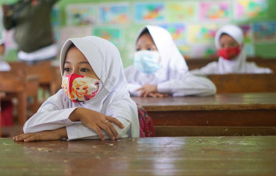 Sejumlah siswa menggunakan makser mengikuti Pembelajaran Tatap Muka (PTM) di SD N Simbangdesa 1, Tulis, Kabupaten Batang, Jawa Tengah, Selasa (9/3/2021). Pemerintah setempat mulai memberlakukan Pembelajaran Tatap Muka (PTM) sejumlah sekolah di wilayah zona hijau COVID-19 dengan menerapkan protokol kesehatan ketat setelah beberapa bulan yang lalu menerapkan belajar daring di rumah. ANTARA FOTO/Harviyan Perdana Putra/hp.